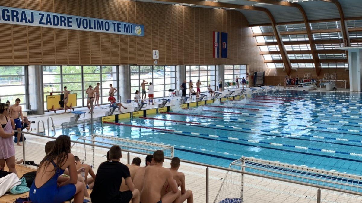 NAKON VIŠE OD GODINU DANA Na bazenu Višnjik održava se školsko plivačko natjecanje